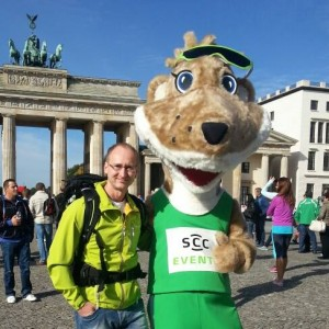 Ronny &  das SCC-EVENTS-Maskottchen Fridolin Flink vor dem Brandenburger Tor