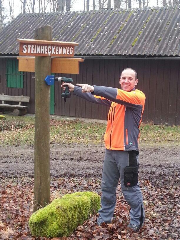 Armin Zipf beim Ausschildern der 12km Strecke
