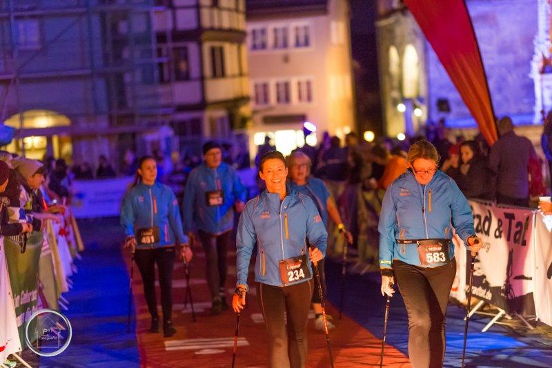 steide-runners Nordic Walking Gruppe beim Zieleinlauf beim Rothenburger Lichterlauf