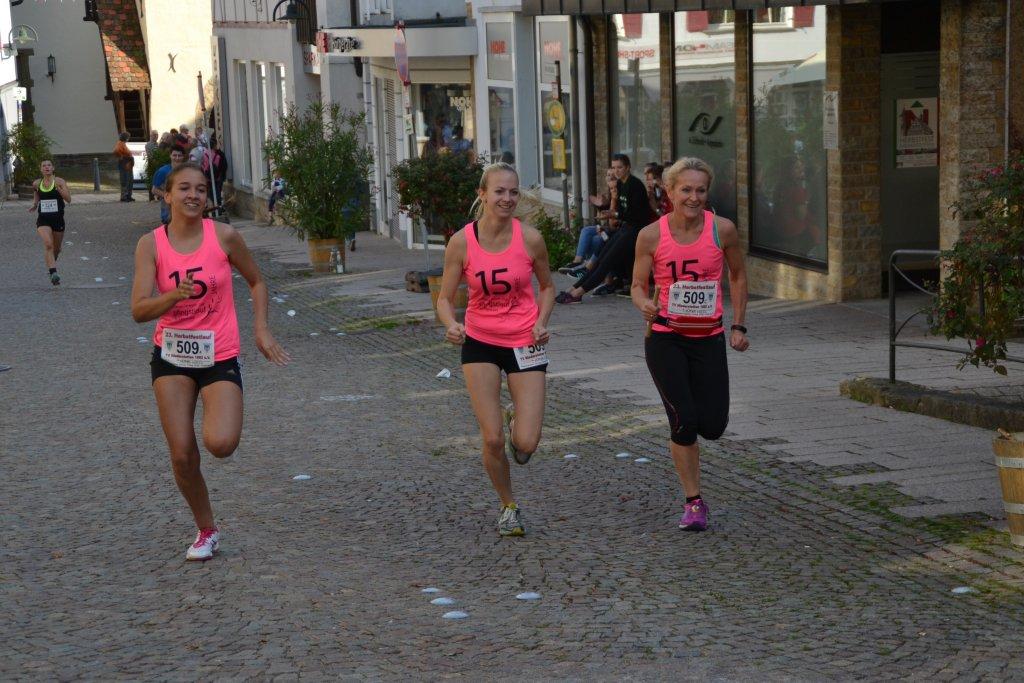 Gemeinsamer Zieleinlauf der Damenstaffel