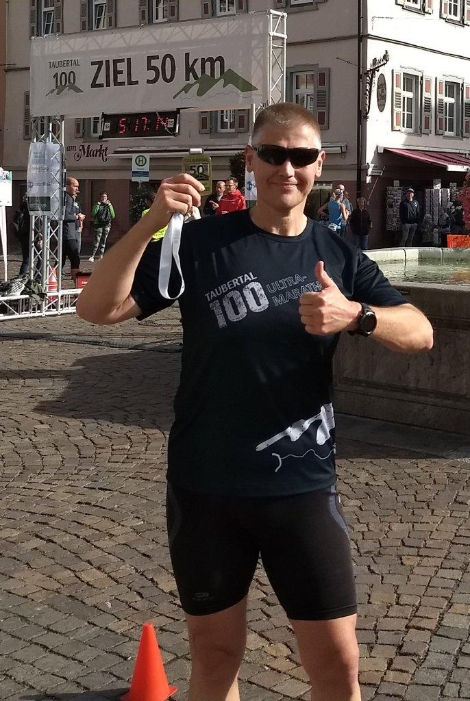 Steffen im Ziel 5. Taubertal100 Ultramarathom