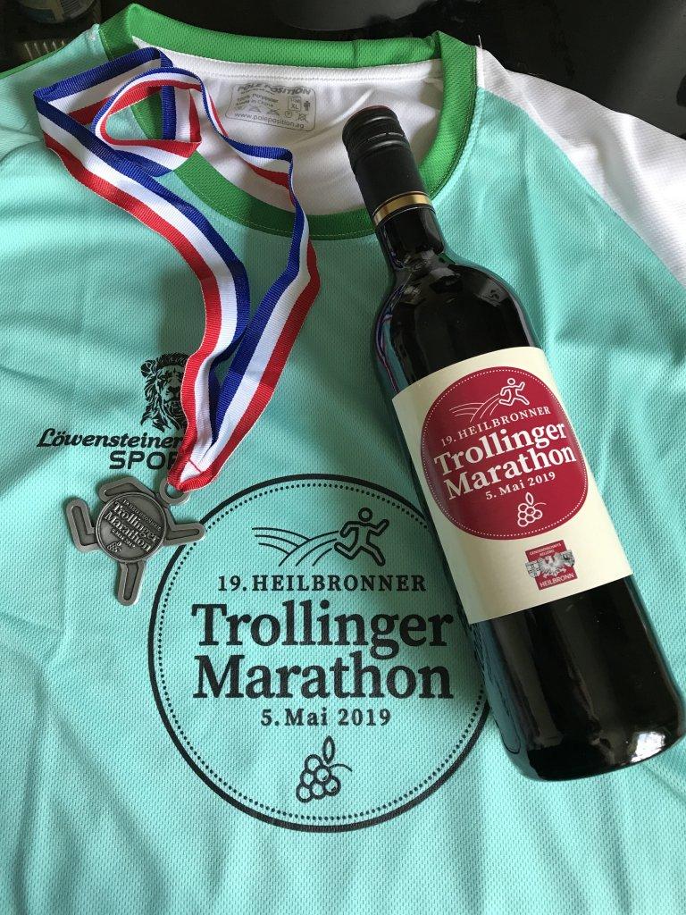 Neben der Finisher Medaille gab es noch ein Shirt und eine Flasche Rotwein :)