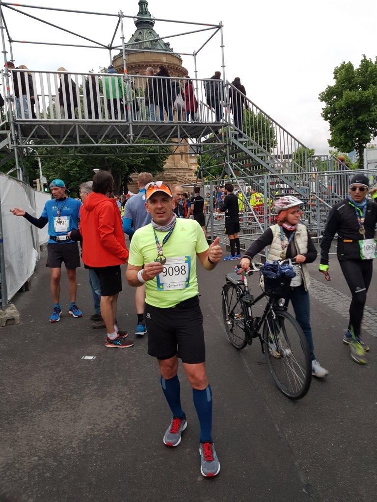 Armin im Ziel des Start SRH Dämmermarathon Mannheim